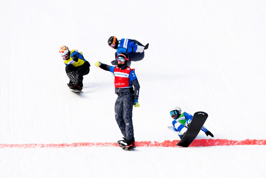 FIS Snowboard World Cup - Moscow RUS - Team SBX - Austria 4(HAEMMERLE A. and LUEFTNER Julian) in Red, United States 5(DEIBOLD Alex and CHEEVER Jonathan) in Blue, United States 6(LEITH Senna and VEDDER Jake) in Yellow, Italy 1(PERATHONER Emanuel and VISINTIN Omar) in Green © Miha Matavz/FIS